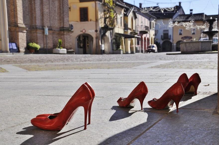 zapatos rojos de mujer solos en la banqueta