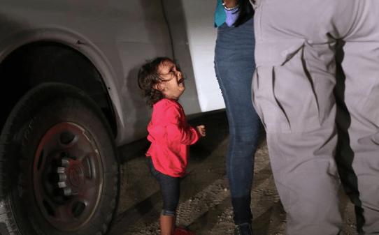 Niña llorando frente a la policia fronteriza en Estados Unidos
