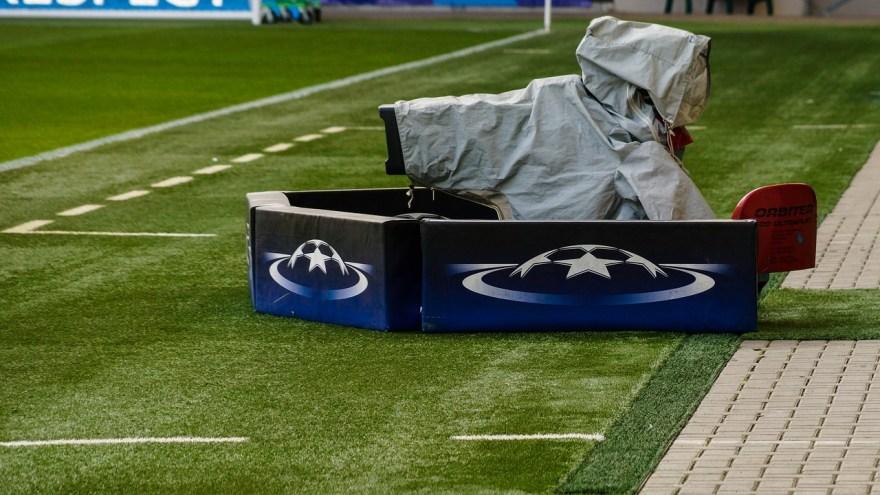 cámara de televisión en estadio de futbol