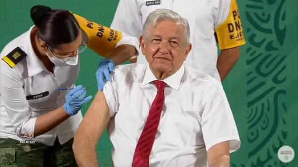 Foto de AMLO cuando recibe la vacuna contra el Covid-19