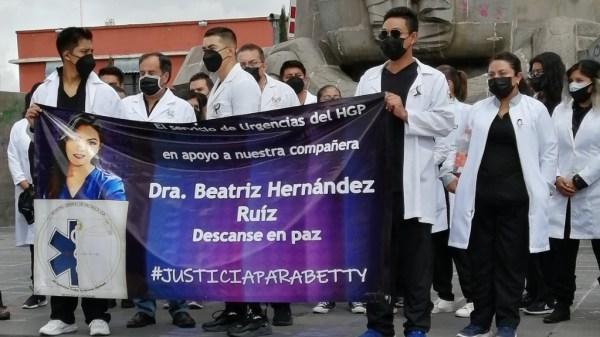 Foto de médicos en la marcha por el feminicidio de Beatriz Hernández Ruiz