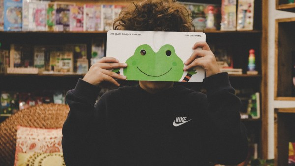 Foto de un niño con un libro