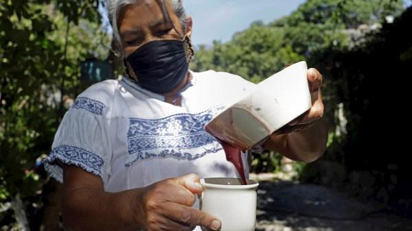María Teresa Solís gana concurso con atole de maíz morado