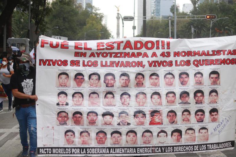 Foto de la marcha por los 43 estudiantes de ayotzinapa desaparecidos