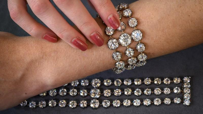 Brazaletes, cubiertos diamantes, de la reina María Antonieta van a subasta