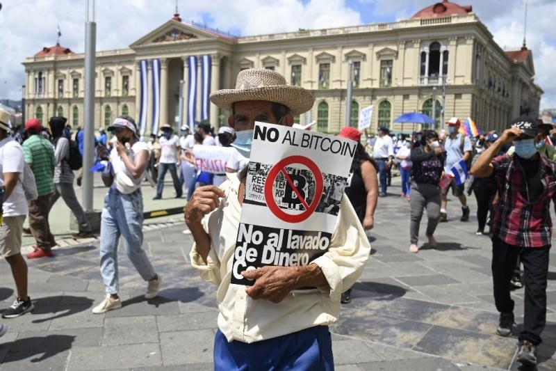 Miles de salvadoreños marchan por la implementación del bitcoin