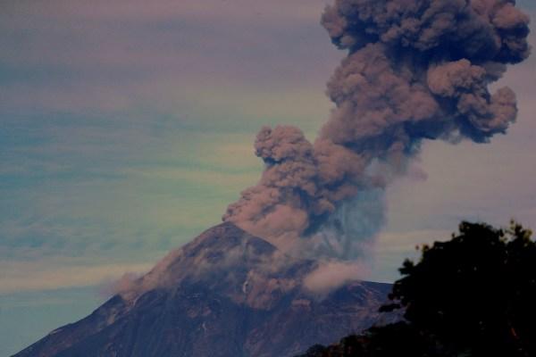 El volcán de Fuego de Guatemala entra en erupción, la más fuerte desde 2018
