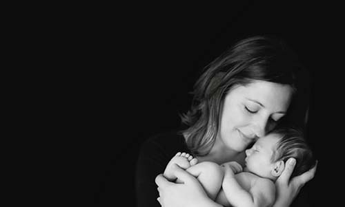 Femme béate tenant son enfant dans les bras