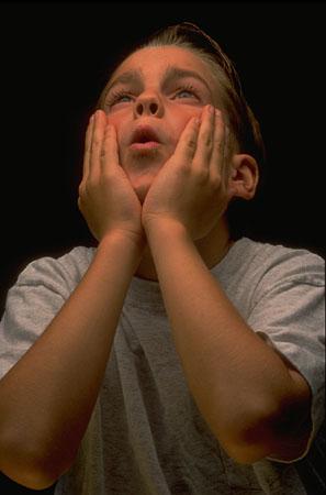 Enfant se tenant le visage