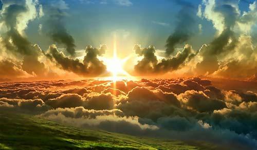 Soleil rougeoyant sur les nuages
