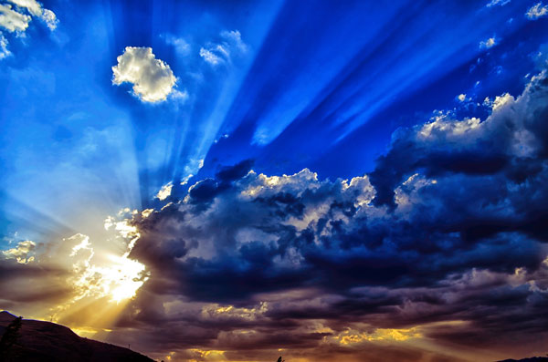 Soleil derrière les nuages du matin