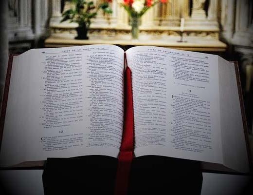 Lumière divine sur une bible ouverte