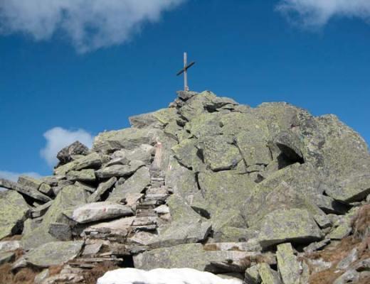 Croix au sommet d'un monticule de pierres