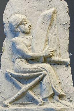 Relief harpiste harpe angulaire Louvre