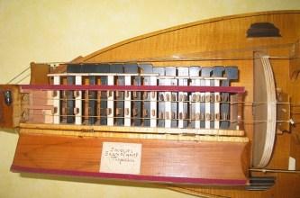 Gros plan sur le mécanisme de la vielle a roue