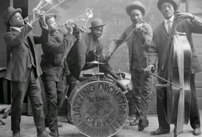 Jazzing orchestra 1921 wikicommons batterie