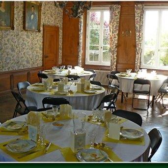 La grande salle pouvant accueillir 40 personnes assises (tables, chaises et vaisselle compris)