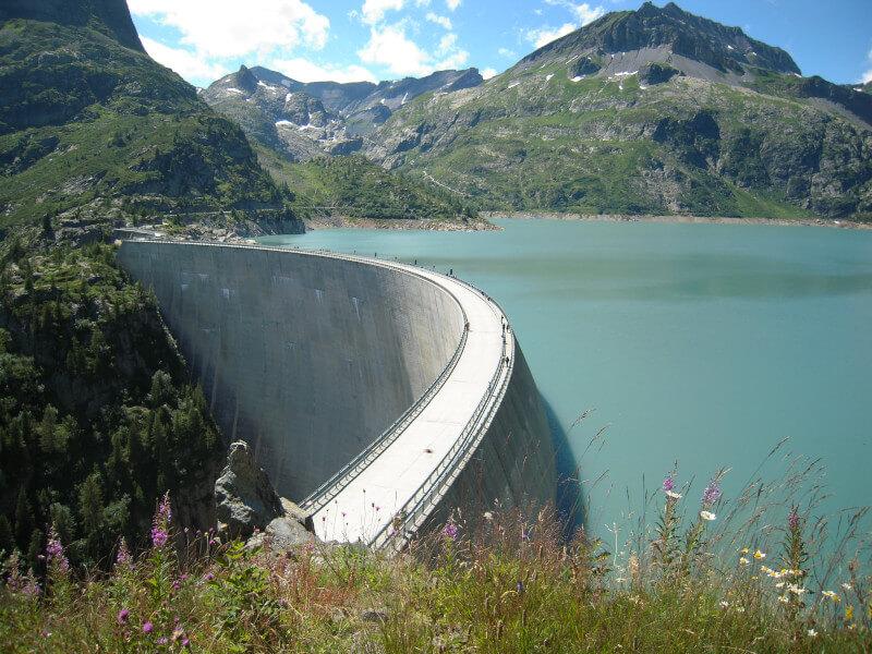 Le barrage et le lac d'Emosson vue depuis le restaurant