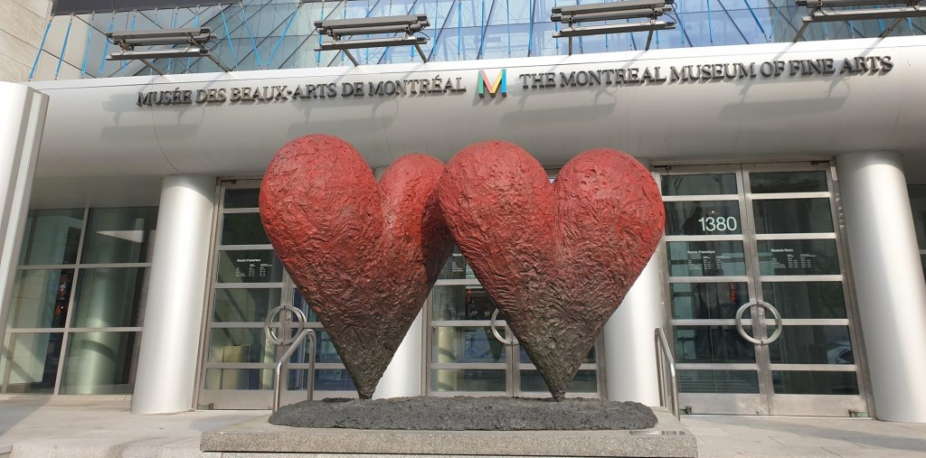 2_coeurs_devant_un_musee_a_montreal