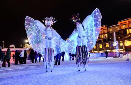 deux_personnes_defilent_pour_le_carnaval_de_quebec