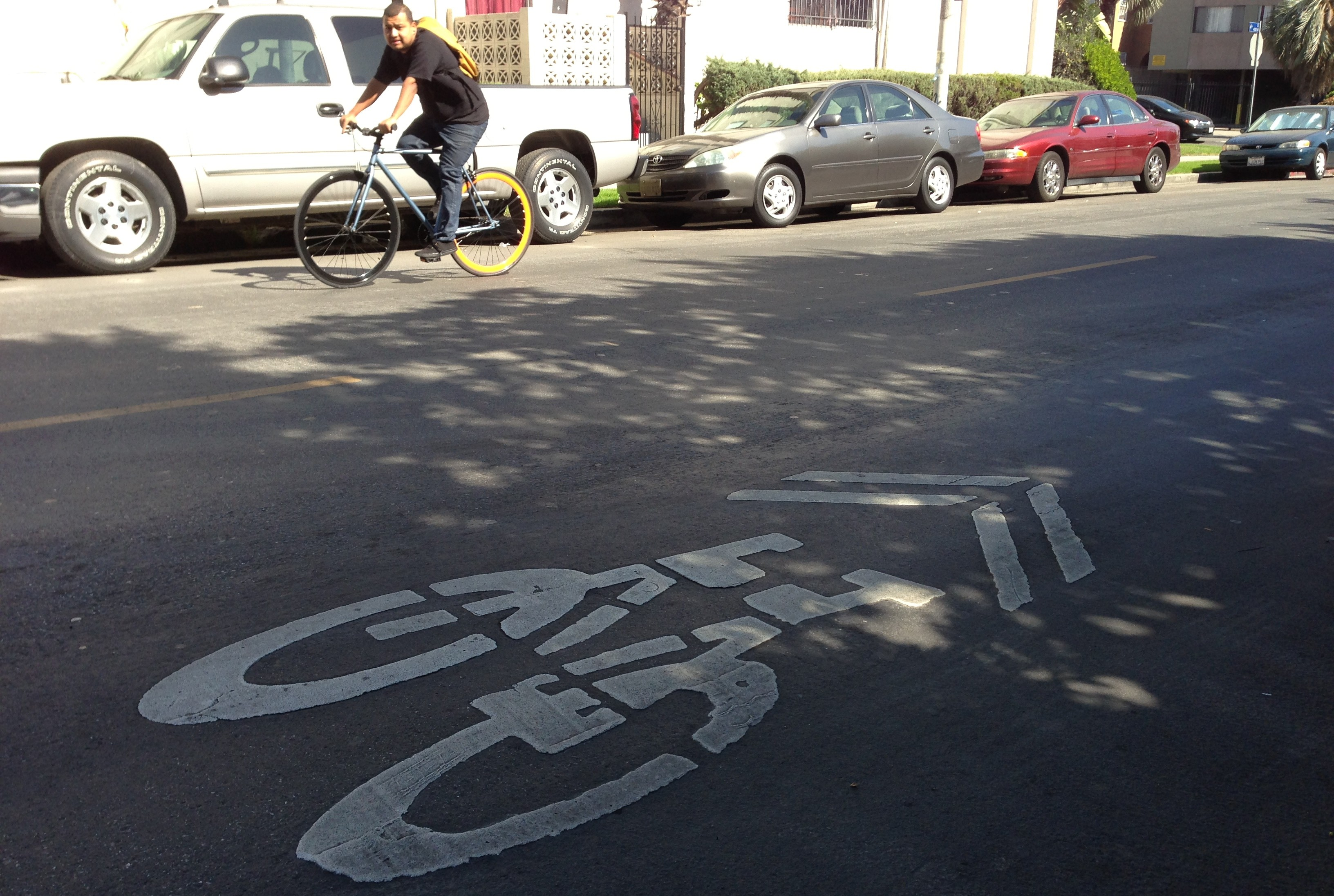 Existing sharrow on 4th Street just west of Oxford Avenue. Photo today Joe Linton/LA Streetsblog