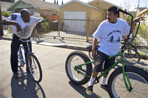 In a community where black-brown tensions can run high, the United Riders have fostered respect between youth and adults of different races. Here, Dale and I pester Cheech about his big tires. Sahra Sulaiman/LA Streetsblog