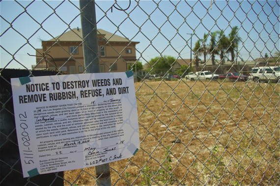 A notice of abatement at the lot at 41st and Main. Sahra Sulaiman/Streetsblog LA