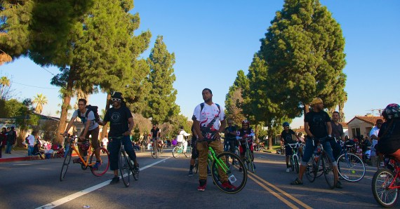 Riders edge toward Crenshaw Blvd. as the sunlight begins to fade. Sahra Sulaiman/Streetsblog L.A.
