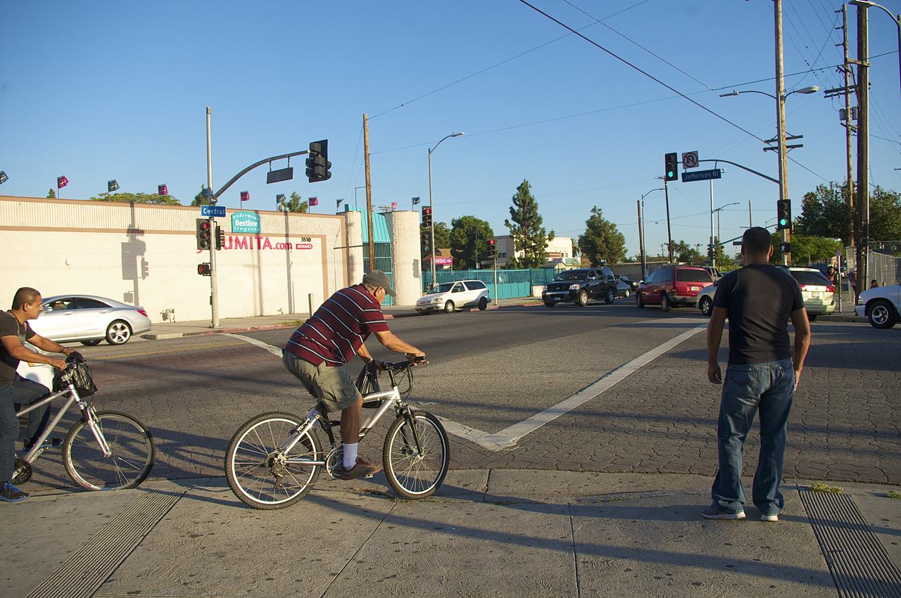 Pedestrians wait to be able to cross Jefferson and continue south on Central along the sidewalk. Sahra Sulaiman/Streetsblog L.A.
