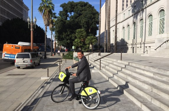 Councilmember Huizar demonstrates Metro's bike-share bike on the steps of Los Angeles City Hall. Photo: Joe Linton/Streetsblog L.A.