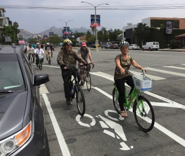 West Hollywood councilmember Linsey Horvath demonstrates a WeHo Pedals bike. Photo: Joe Linton/Streetsblog L.A.