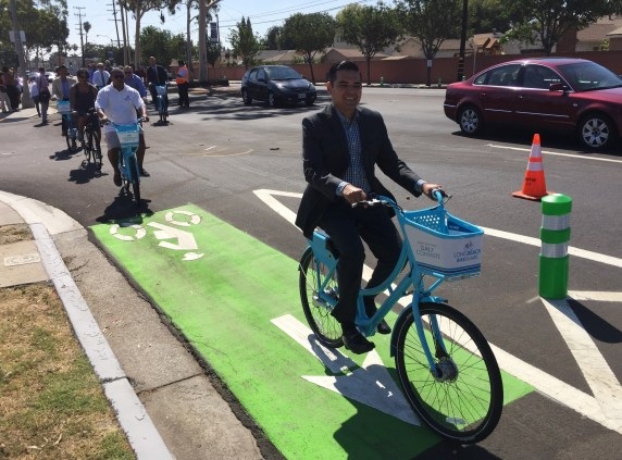 Long Beach Mayor Robert Garcia (center) and Vice Mayor Rex Richardson (left) tour the new Artesia Blvd protected bike lanes. Photos: Joe Linton/Streetsblog L.A.