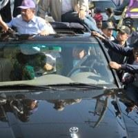 Lanzan botella a vehículo del Presidente Leonel Fernández en caravana
