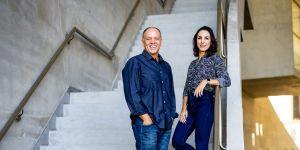 Nelson Paiva e Juliana Paiva na escada da Cidade das Artes