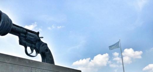 No violencia (o El arma anudada), escultura del artista sueco Karl Fredrik Reutersward, se encuentra en la entrada de la Sede de la ONU en Nueva York. FOTO:ONU/Fan Xiao