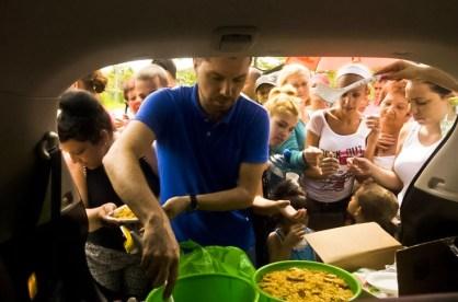 Voluntario costarricense repartiendo comida a los refugiados cubanos en Peñas Blancas.