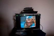 Los pocos haitianos que se permiten tener televisión en la casa,reproducen videos traidos de su país donde la música habla de los momentos vividos tras el terremoto