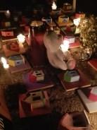 Yo había estado preparando una pieza para un concurso de artes visuales: una instalación hecha de muchas casitas de colores. Cuando supe que habría una protesta en el Parque Central durante la noche del 10 al 11 de marzo para pedir justicia por las niñas, decidí ir a la protesta y utilizar esas casitas para hacer un pequeño altar en honor a esas víctimas que no tuvieron hogar.