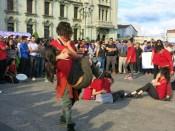 Un grupo de artistas realizan un performance que evoca los últimos momentos de las adolescentes quemadas. Se oyeron gritos, había asfixia por el humo, y no dejaron entrar a los bomberos de inmediato. Es Guatemala y son todos nuestros países.