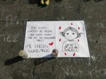 Un cartel en memoria de las niñas yace en el suelo junto con velas en el Parque Central de Guatemala. Muchas personas escucharon a las niñas rogar por ayuda mientras permanecían encerradas en el incendio.