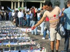 Un joven esparce pétalos de flores sobre el altar instalado en el Parque Central de Guatemala en memoria de 42 niñas asesinadas. De entre las que permanecen en hospitales, no se sabe cuántas sobrevivirán.