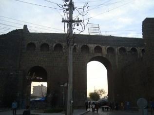 Las murallas de Amed (Diyarbakir) en el distrito de Sur cercadas por las fuerzas de seguridad turcas desde el auto de Murat. Foto: Carlos Pazmiño, 2016.
