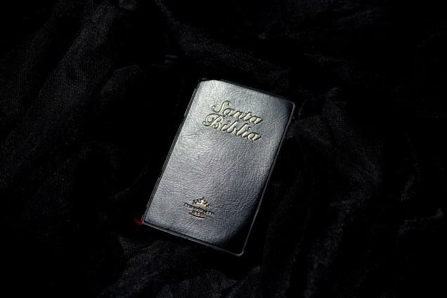 Biblia que formaba parte de la maleta de viaje de uno de los deportados. Foto: Edu León.