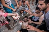 Varias personas ayudando a un hombre muy afectado por la inhalación de gases lacrimógenos durante las protestas del día 20 de julio. A lo largo del día hubo muchos heridos, incluido un joven en estado muy grave por un impacto en la cabeza que tuvo que ser trasladado a un hospital de Rabat en helicóptero.