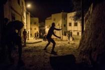 Jóvenes se enfrentan con piedras a la policía en el barrio de Afazar para impedir que entren a detener a activistas del barrio. La policía marroquí entra por las noches o muy temprano por las mañanas para arrestar a la gente en sus casas.