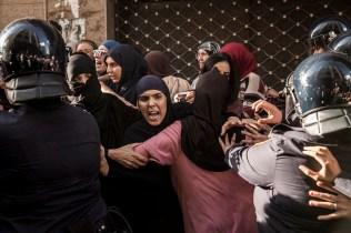 Policías antidisturbios cargan contra un grupo de mujeres que se manifestaban el pasado 20 de julio en el centro de Alhucemas. El papel de las mujeres en las reivindicaciones es fundamental, siendo algunas referentes de las protestas.