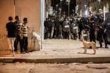 Vecinos del barrio Román de Alhucemas observan el despliegue policial el día 20 de julio por la noche. Después de las masivas manifestaciones en todos los barrios de la ciudad, las protestas continuaron por la noche con enfrentamientos entre jóvenes y policías.