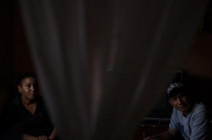Eugenia Campos y Samuel Morán, dirigentes del comité de inquilinos, intentan evitar el desalojo. Foto: Vicente Gaibor del Pino
