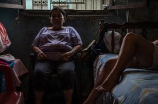 Mamá Yoli duerme en su silla. Ella es una de las más antiguas inquilinas del edificio, llegó a los 25 años y tiene 60 viviendo en el barrio. Foto: Vicente Gaibor del Pino