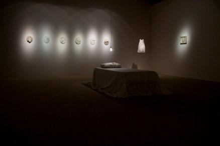 Instalación Carolina Cruz Guimarey: Un eco que resiste, Volar y No se juega. Fuente: http://carolinacruz-art.blogspot.com.es/